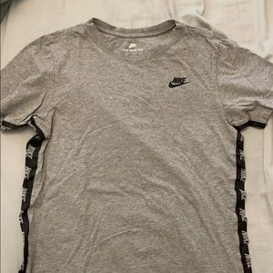 ◾️Gray Nike top with Black logo lining◾️